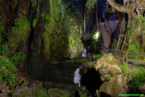 beleuchteter Wasserfall