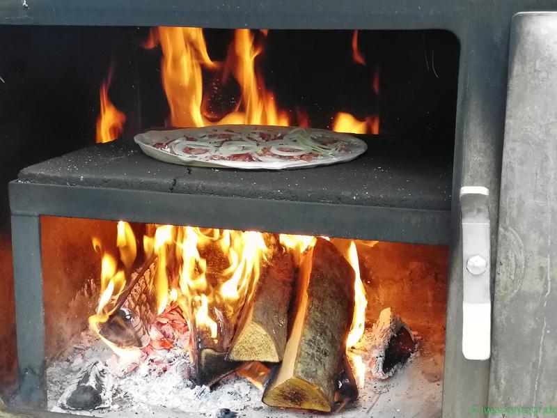 Flammkuchen vom Feuer