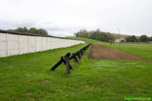 Mauer, Fahrzeugsperre, Kontrollstreifen